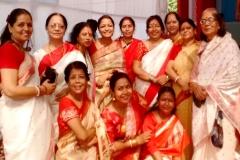 Durga-Navami-9-Enjoying-Leisure-time-in-the-pandal